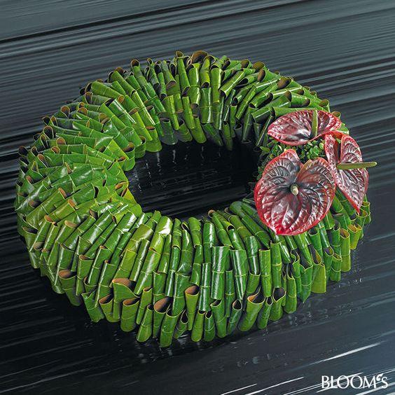 **Moderne Trauerfloristik: Trauerkränze mit Blattwerk und Blütenschmuck - Magnolienblätter-Kranz