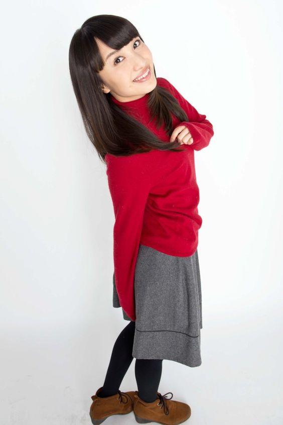 真っ赤なニットを着る百田夏菜子