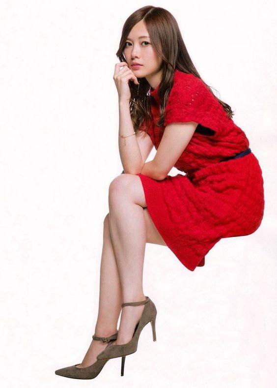 赤い服を着た白石麻衣