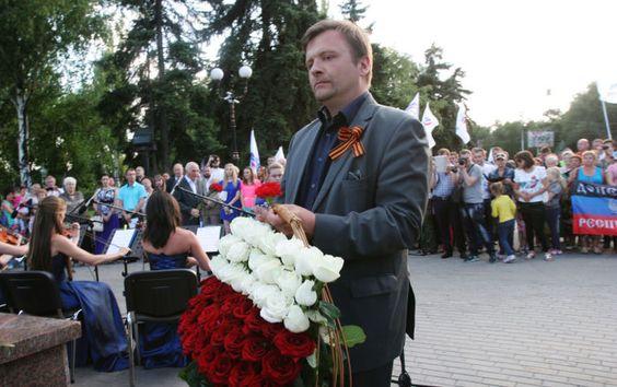 Gdyby dr Kaczyński odważył się  wypuścić dra Piskorskiego na wolność,  https://ligon.wordpress.com/2017/06/11/zniweczona-rzeczywistosc-prawdziwi-narodowcy/ to uwolniony w drodze do Rosji mógłby zapłacić 32 do 97 dolarów kary za noszenie wstążki św. Jerzego, bo tego zabronił Petroszenko dekretem dzień po wpuszczeniu  bez wizy cywilizowanego prawodwac do biura Unii Europejskiej pożyczyć  kałamarz 12 czerwca 2017 w Dzień Rosji w Rosji  https://ria.ru/world/20170612/1496330978.html