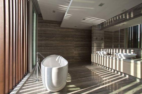 design salle bains moderne avec stores verticaux en bois