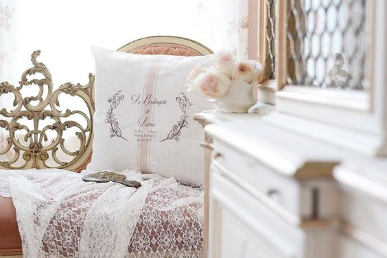 What type of furniture catches your eye? For me I love furniture that is unique and unlike any I've ever seen before. That was the case with this settee. Isn't the carving on the back amazing? I love it, and the pillow made by my friend Melissa @le.lis.home just accents it perfectly! I also look for pink upholstered furniture...I can't help it. I have to buy it almost every time.🤷🏻♀️😂🌸👏🏻🙌🏻 have a great day friends. #homeinspiration #frenchcountrystyle #myshabbycottage #cottagestyle #vic