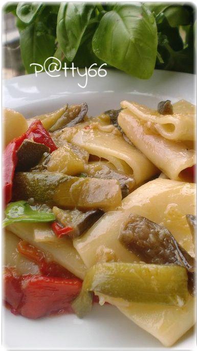 Paccheri alle verdure (peperoni melanzane zucchine pomodorini e basilico).