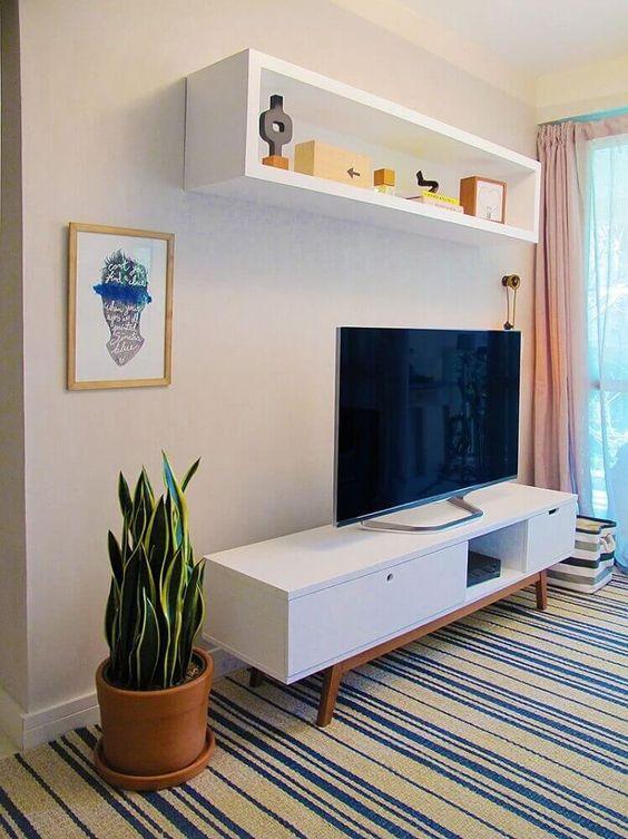sala de estar com rack retrô branca e tapete listrado #rack #saladeestar #salas
