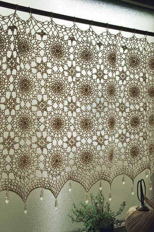 As cortinas de crochê também podem ser usadas em portas para dar mais privacidade a um espaço. Ainda pode aplicar estas cortinas numa parede para decorar. Abuse das cores, flores, padrões e adapte ao seu gosto pessoal                                                                                                                                                                           Mais