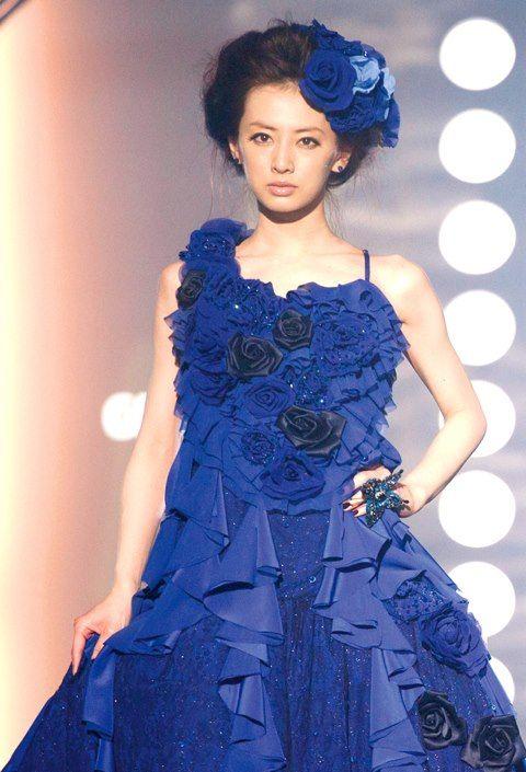 青い花のドレスの北川景子