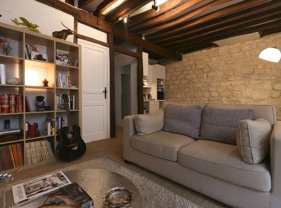 d coration d 39 un salon poutres apparentes jonc de mer au sol meuble tv biblioth que statues. Black Bedroom Furniture Sets. Home Design Ideas