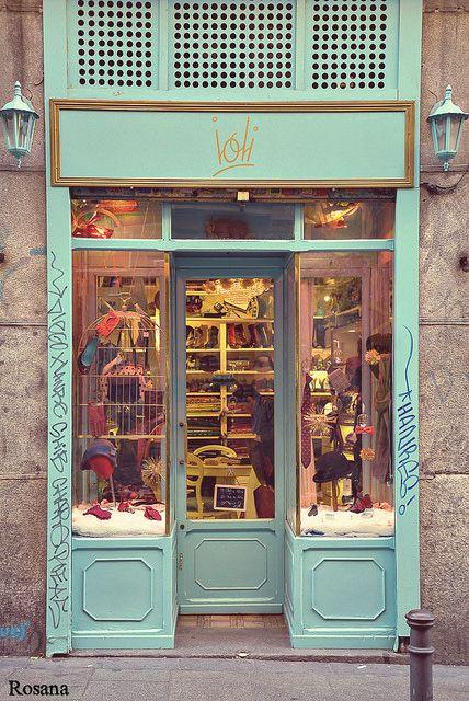 Barrio de Malasaña, Madrid. Deze buurt staat bekend om haar toffe barretjes en lichtelijk obscure boekhandels. Malasaña is hét voorbeeld van de tegendraadse stad cultuur waar vrije creativiteit overheerst. Daarnaast barst het er van de tweedehandswinkels voor al je vintage items.