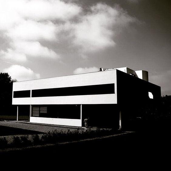 Die #Villa #Savoye, manchmal auch Villa les Heures Claires genannt, wurde von Le #Corbusier entworfen und von 1928 bis 1931 in #Poissy nordwestlich von #Paris erbaut. www.bauhaus-movement.com/designer/le-corbusier.html