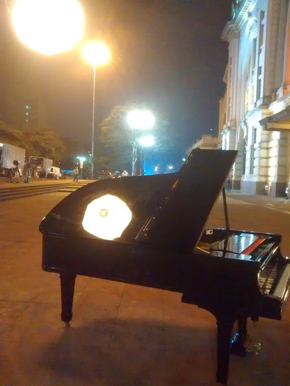 piano e a luminária