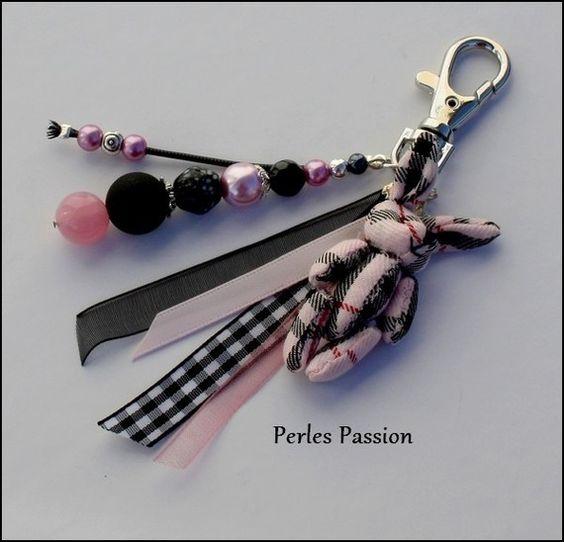 Bijou de sac Jenny (ou porte clés)   Perles : verre, métal, résine   Couleurs : rose, noir   Fil : ruban divers  Petit lapin en tissu écossais rose, noir & un peu de rouge