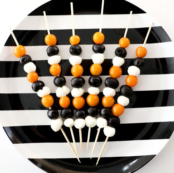 Low carb easy last- minute halloween snacks - Halloween Antipasto Skewers -low carb/low carb  snacks/keto treats/ keto halloween/keto treats for halloween/low carb dessert/ keto snacks/keto dessert for halloween/keto recipes for halloween/Easy keto recipes/keto chocolate/halloween food/creepy halloween food/spooky treats/halloween party food/halloween party ideas/