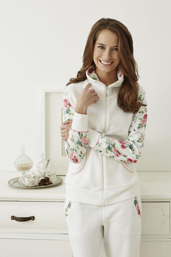 Ringella Lingerie Hausanzug 6468205 Dieser Anzug ist ein schöner Hingucker. Geschmückt durch ein Rosenblüten-Dessin am Arm, dem Kragen, der Rückenpasse und den Hosentaschen. Strickbündchen und ein praktischer Reißverschluss runden den Look perfekt ab.