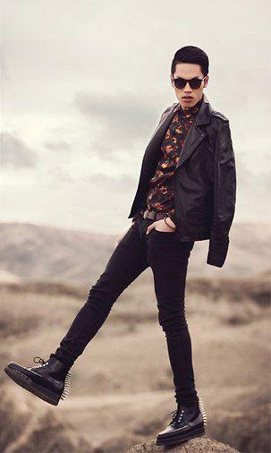 Quyen Mike | #TOP10DSB: Fotógrafo y modelo, ¿Que se puede pedir más? Este apasionado por la moda apuesta por un total look negro con una camisa en colores cálidos. ¿Os fijasteis en las botas? ¡LOVE IT!