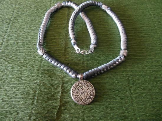 Collar de nudos chinos de hilo de cola de rata,medallón celta y cuentas de metal. www.singularts.es