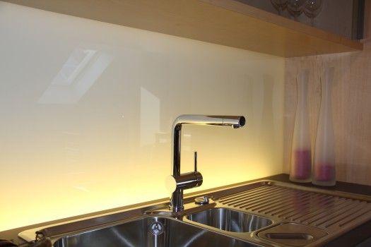 Glasrückwand von unten beleuchtet