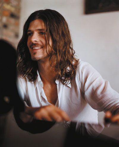 Robin Thicke with long hair - doesn't even look like the same person.... Good Looking either way