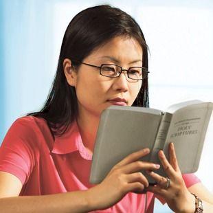 Una mujer estudiando la Biblia