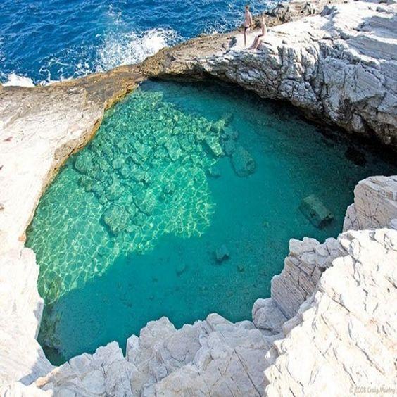 Dans l'île grecque Thassos, Giola Lagoon est une piscine naturelle. L'eau dans le lagon est plus chaude que la mer Egée située juste en-dessous.