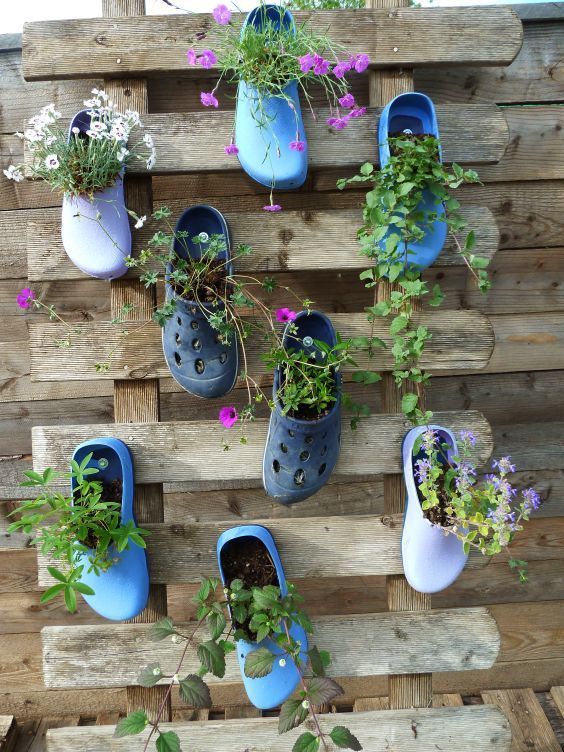 garden diy upcycling shoe flower pots bl hende schuhe garten recycling das ist ja mal eine. Black Bedroom Furniture Sets. Home Design Ideas