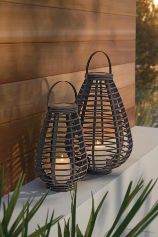 Enjoy your garden even after the sun's gone down with our set of 2 solar lanterns.