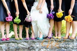 Madrinhas ou daminhas de vestido preto e sapatos e buques coloridos
