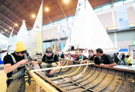 Die Holzboot-Spezialisten, wie der für seine Nationalen Kreuzer und L-Boote bekannte Hans-Joachim Landolt von der Michelsen Werft in Friedrichshafen sind gut im Geschäft. Das Foto zeigt Auszubildende der Werft, die auf der Interboot ein L-Boot neu beplanken.   Bild: Uli Lancé