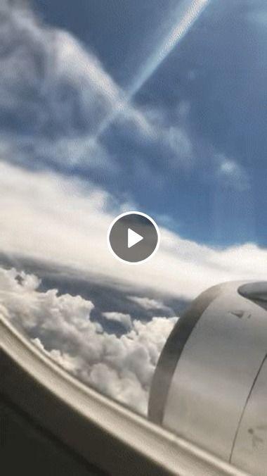 Avião entrando e saindo das nuvens