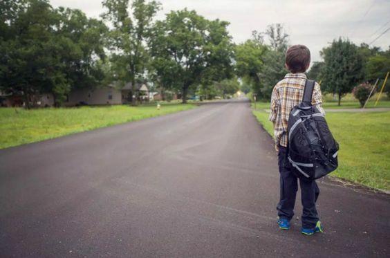 Yo camino a mi casa después de escuela. Yo no conduzco a mi casa en San Carlos.