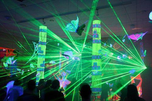 El Láser, 1960. Láser, como muchos saben, quiere decir Light Amplification by Stimulated Emission of Radiation. Fue el mismo Albert Einstein quien propuso los fundamentos para su desarrollo, cuando en 1917 dijo que los átomos podían ser estimulados para emitir fotones en una misma dirección. El fenómeno fue observado por primera vez en la década de 1950 y fue el físico Theodore Maiman quien construyó el primer laser funcional en 1960.