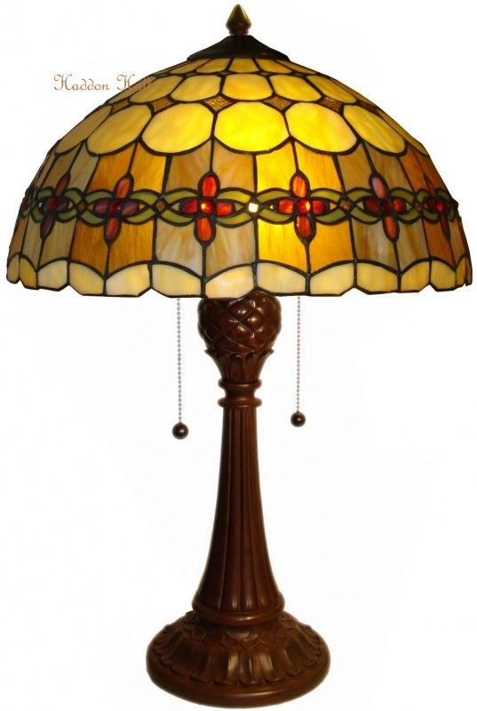 Victoria Tafellamp Tiffany. Handgemaakt van echt glas. Hoog: +/- 58 cm. Doorsnede: 40 cm. Fitting: 2 x E27. Andere voeten ook mogelijk Voor meer informatie over dit artikel kunt u ons bellen  Haddon Hall Tiffany lampen  ☎ 077 390 5049