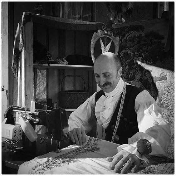 [#creatoadarteveneto] Ecco la storia di un sarto di #Venezia. A raccontarcela è @crlmion su La @nuovavenezia.  A dieci anni scuciva vestiti per vedere come erano fatti. Qualche anno dopo Francesco Briggi già sapeva usare ago filo e pure la macchina da cucire. Del resto buon sangue non mente e lui ha nelle vene quello della nonna donna ricordata come un'abile sarta.  Francesco sin da bambino ha avuto la passione per il costume. Da Zorro allUssaro il passo è breve e la preparazione del costume…