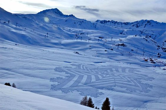Since 2004, the English artist Simon Beck goes to Les Arcs ski station in France in the snow and likes to draw huge and beautiful forms inspired by the composition of the flakes