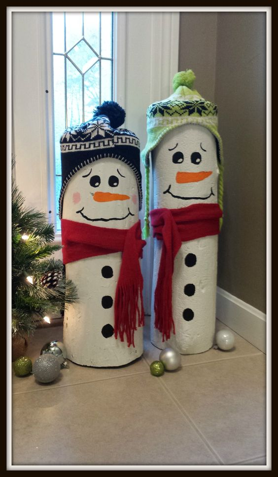 Take two small logs, paint them and add hats and scarves and you get these cute DIY Christmas snowmen!