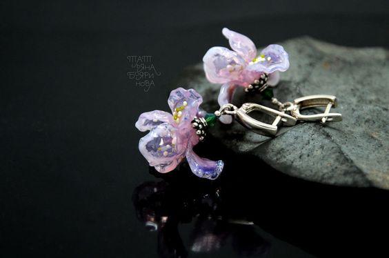 """Купить Серьги """"Ирисы"""" - розовый, ирисы, стеклянные цветы, серьги, авторский лэмпворк, стекло"""
