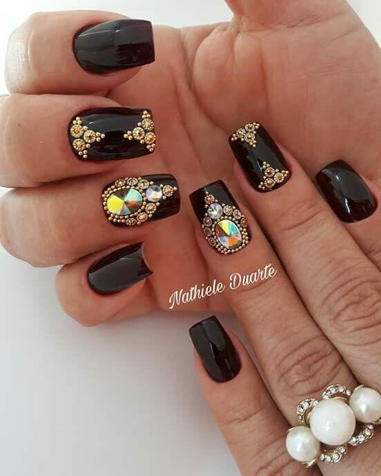 Unhas decoradas com joias 💅🏻 #NailArt #Preto 💕