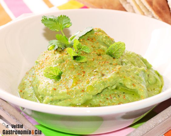 Dip de aguacate, hierbabuena y lima. Es muy fácil y rápido de hacer, y está riquísimo acompañado de pan pita recién tostado