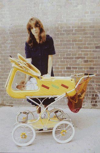 Frau mit einen DDR Kinderwagen -  Die Fenster! Warum gibt es sowas nicht mehr? Die völlig erschöpft wirkende Mutter! XD