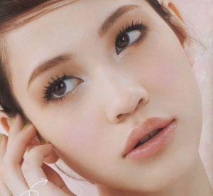 女性らしい表情を見せる水原希子のかわいくてかっこいい画像