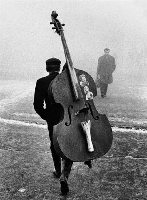 Traveling bass player with photos of his sweetie.    (Paseando Descalza)