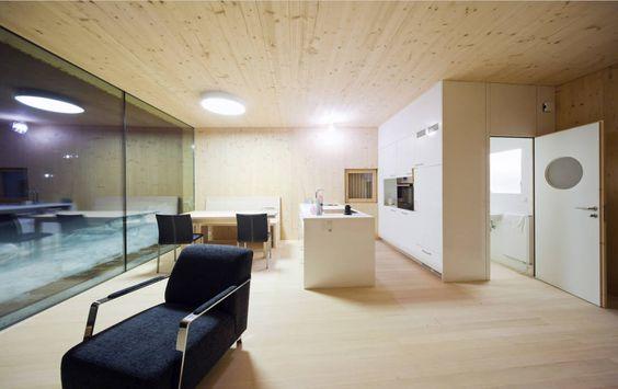 Ziel beim Bau des Hauses war es, bei relativ geringen Kosten einen atmosphärischen Raum zu schaffen, der sich homogen in die hügelige Landschaft integriert.