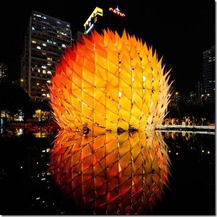 La linterna china que asombró al mundo. Esta ingeniosa construcción temporal se realizó en tan sólo 11 días, y en ella se reúnen lo mejor de la artesanía tradicional china con lo último en tecnología y diseño digital. Golden Moon, como se le llama a tan interesante obra, se realizó en Hong Kong para el festival del Medio Otoño. Simboliza el amor apasionado entre dos dioses, según cuenta la leyenda, ya que en este momento es cuando la luna está en su estado mayor y más hermoso.