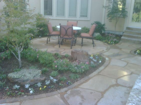 i like the large pieces of flagstone set in crushed