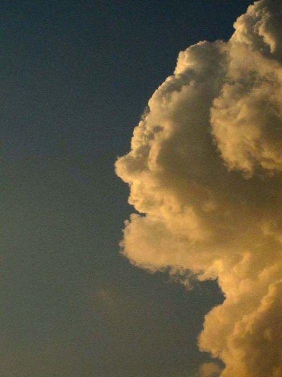 Alakot öltő felhők Felhő férfi