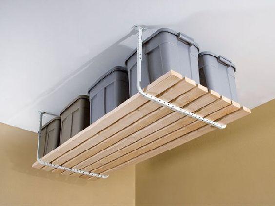 Idee De Rangement Originale Et Pratique Avec Du Parquet Suspendu En Hauteur Sur Plafond Blanc Mur Stockage De Garage Basculante Idee Rangement Etagere Garage
