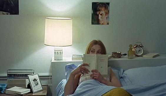 """""""Domicile conjugal""""  La scène de lecture au lit revient dans le film comme un leitmotiv de cette vie conjugale à laquelle Antoine n'arrive pas se faire. Un portrait de Noureev au-dessus d'elle, Christine (Claude Jade) est plongée dans la « Blanche »."""
