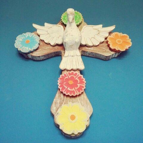 Cruz com divino.  #artesanato #decoração #madeira #artesanatomineiro #divino #divinoespíritosanto #flores #flor #decoracao #artesanatoemmadeira #foradeserie #artesanatobrasil #artesanatos