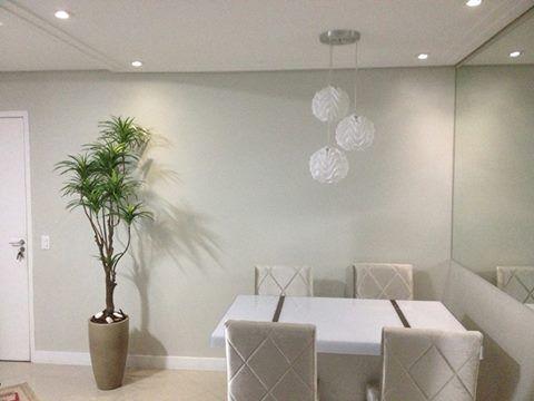 Sala clean com parede na cor branco gelo da Suvinil:
