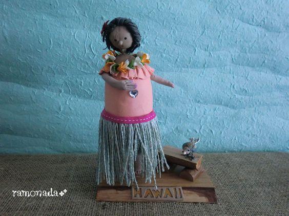 フラを踊るハワイアンな女の子のお人形です♪サイズ:約W13×D8×H18.5cm 材料:パン粘土、木材、発泡スチロール等 |ハンドメイド、手作り、手仕事品の通販・販売・購入ならCreema。