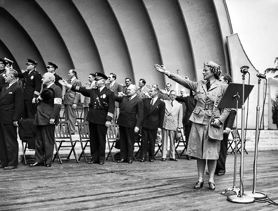 Until Dec 22, 1942, this is how Americans saluted the flag. It was amended to the hand over heart method. We can imagine why...: Flag Salute, Flagsalute2 600, Raid Wardens, 524 Flagsalute2, War Terrorist, 1942 Actress, American Flag, Heart Method